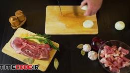 دانلود استوک فوتیج : خرد کردن پیاز روی تخته آشپزخانه Cutting Onion On Cutting Board