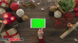 دانلود استوک فوتیج : پرده سبز تبلت روی میز چوبی Digital Tablet On Wooden Table