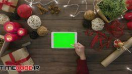 دانلود استوک فوتیج : پرده سبز تبلت روی میز چوبی Digital Tablet With Green Screen