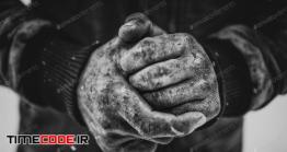 عکس استوک سیاه سفید دستان کودک کار در زمستان