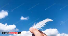 دانلود عکس استوک : گرفتن پر با دست جلوی آسمان Paint The Sky Nominated