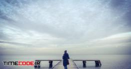 دانلود عکس استوک : زن روی اسکله روبروی دریا Sky