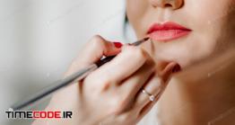 دانلود عکس زن در حال آرایش لب Wedding Makeup