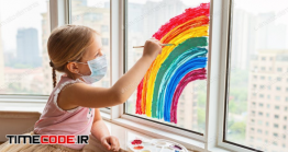دانلود عکس کودک در حال کشیدن نقاشی رنگین کمان با ماسک Child, Quarantine, Rainbow, Coronavirus