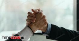 دانلود عکس دست دادن و عقد قرارداد  Two Business Men Celebrating A Deal