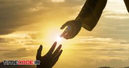 دانلود عکس ضد نور پیامبر در حال گرفتن دست نیازمند Silhouette Of Jesus Giving Helping Hand