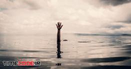 دانلود عکس مفهومی درخواست کمک Hand Of Man Want To Helping After Drown In The Lake